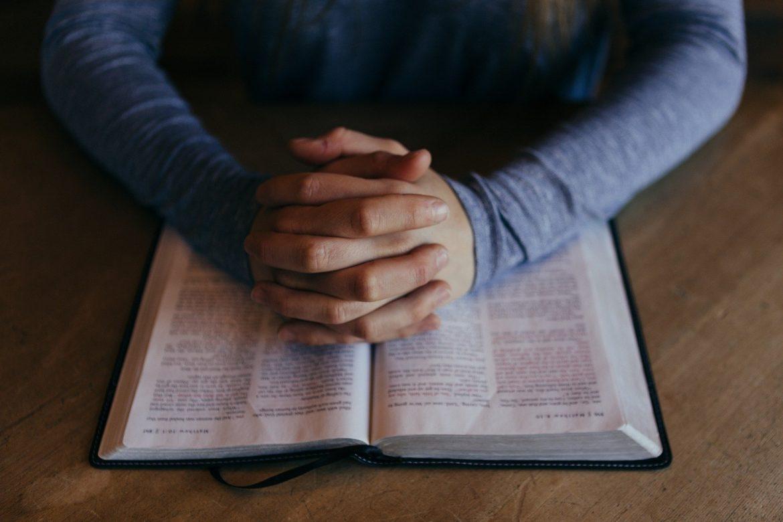 Par la Bible Dieu parle aux hommes, par la prière les hommes peuvent parler à Dieu. Dieu veut que ses enfants prient.
